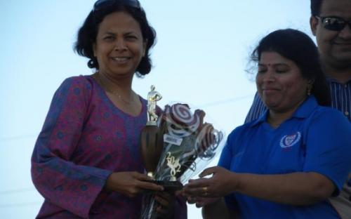Syamala Sunil presenting boquet and memento to welcome Anu Natarajan.JPG